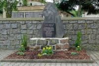 Uklizený a upravený pomník