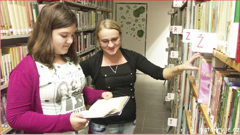 Knihovnice Lada Plechingerová pomáhá s výběrem knihy jedné ze čtenářek.